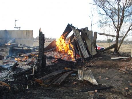 El fuego se inició pasadas las seis y media y provocó la destrucción del galpón
